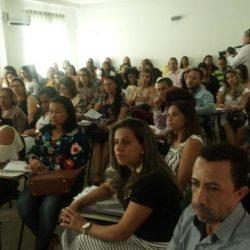 Plateia atenta em Cafarnaum